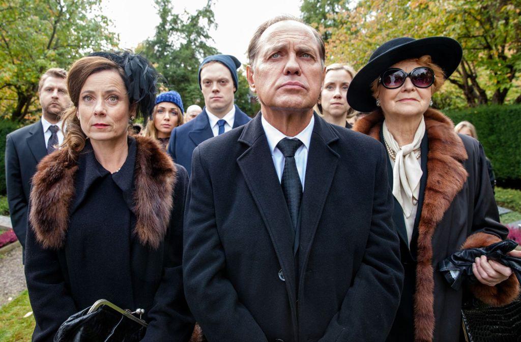 Vater und Bruder sind tot, jetzt muss sich Wolfram Labaule (Uwe Ochsenknecht, Mitte) als  Verleger beweisen. Foto: SWR - Südwestrundfunk