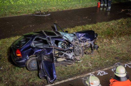 Autofahrer prallt gegen Baum und verletzt sich schwer