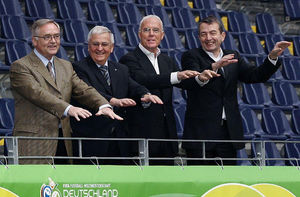 Das Präsidium des Organisationskomitees für die Fußball-Weltmeisterschaft 2006 in Deutschland (von links nach rechts): der 1. Vizepräsident Horst R. Schmidt, Vizepräsident Theo Zwanziger, Präsident Franz Beckenbauer und Vizepräsident Wolfgang Niersbach. Foto: Fotoagentur_Kunz/OK