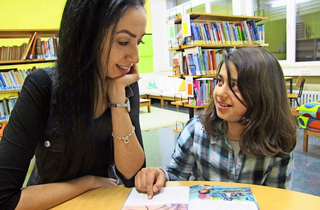 Derya und Shiwa lesen zusammen – und bereichern ihr Leben gegenseitig. Foto: Felizitas Eglof