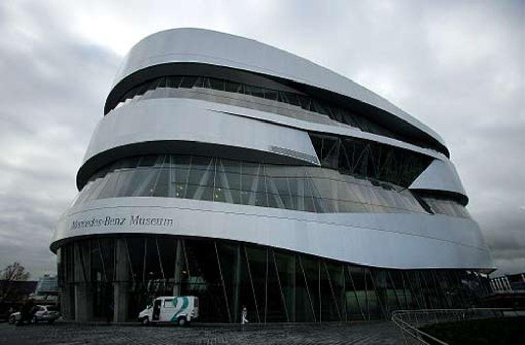 Im Mercedes-Benz-Museum kommen Kommunikationsexperten und Interessierte bei der 36. Social Media Night zusammen. Foto: Michael Steinert