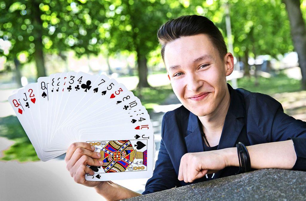 Kartentricks sind ein wichtier Teil von Jannik Winters Show. Foto: Ines Rudel