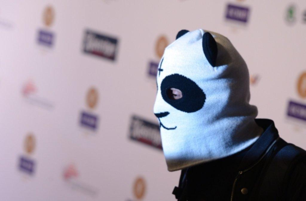 Zur Echo-Verleihung in Berlin kam Raoper Cro im neuen Panda-Überzieher. Foto: dpa