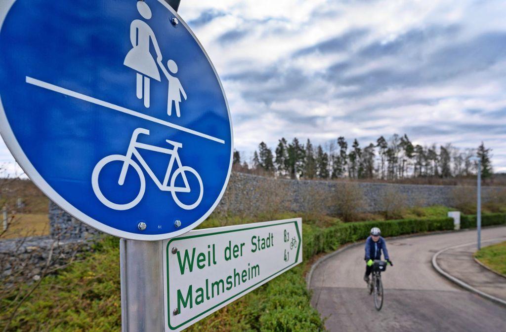 Hier geht es Richtung Malmsheim – allerdings nicht entlang der Hauptstraße, sondern die meiste Zeit durch den Wald. Foto: factum/Andreas Weise