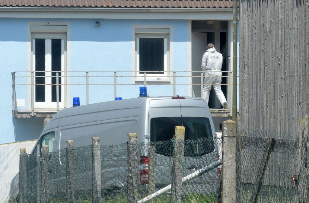 Ein Kriminaltechniker betritt das Haus in Sontheim an der Brenz. Foto: dpa/Stefan Puchner
