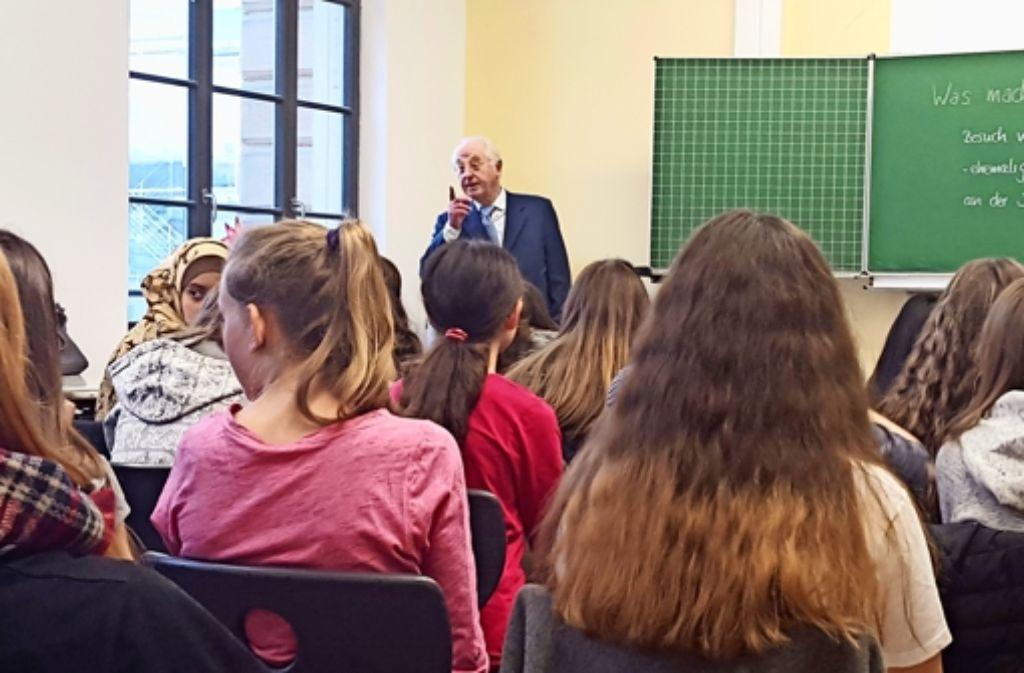 Armin Nack, Bundesrichter a.D., steht Schülerinnen Rede und Antwort. Foto: Kathrin Wesely