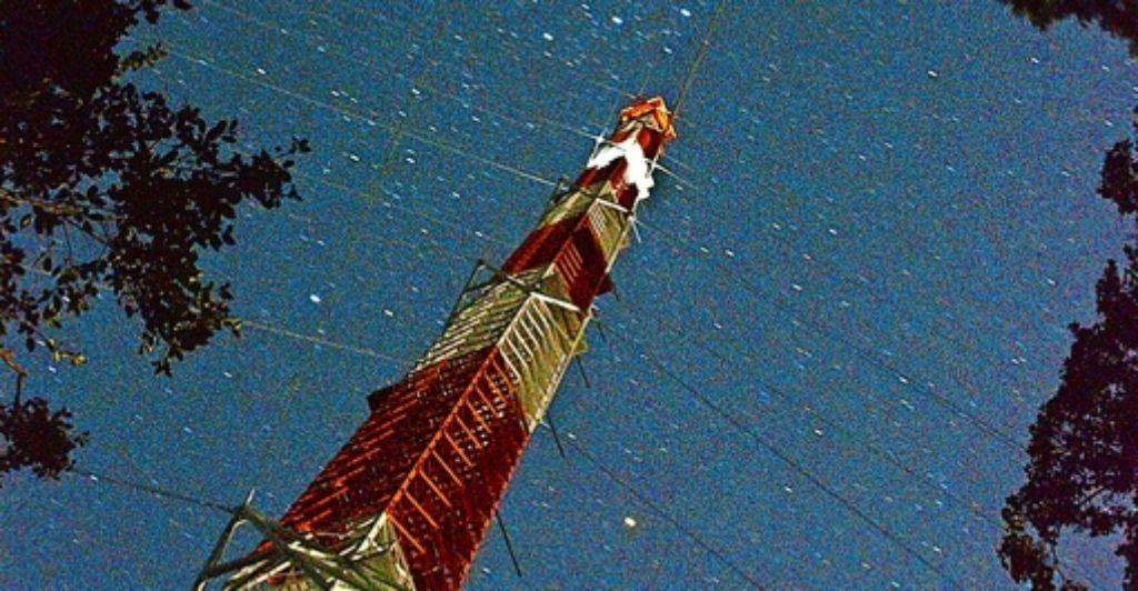 Der schlanke Stahlturm zeigt wie eine Nadel in den Nachthimmel. Foto: MPI für Chemie