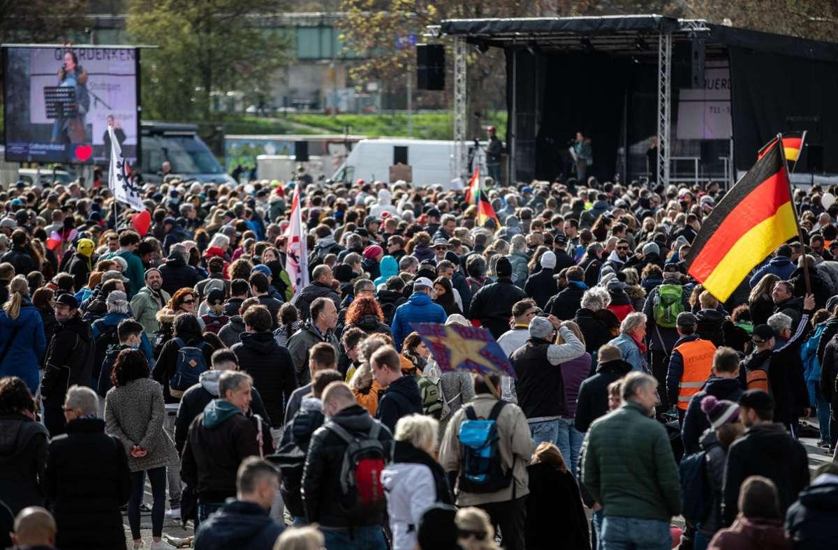 """Bei der """"Querdenker""""-Demo am Karsamstag in Stuttgart  war es zu massiven Missachtungen der Corona-Auflagen gekommen (Archivbild). Foto: dpa/Christoph Schmidt"""