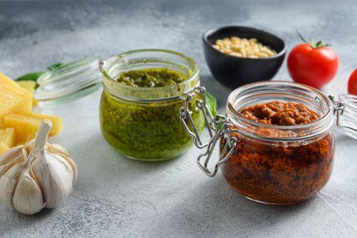 Wir zeigen, wie Sie grünes und rotes Pesto einfach selber machen.