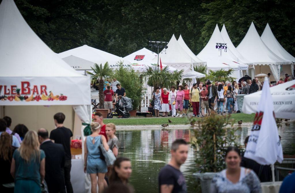 Prägnant: Die weißen Zelte beim Sommerfest Foto: Lichtgut/Achim Zweygarth
