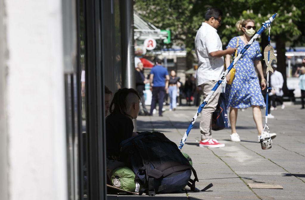 Betteln mit Abstand. Obdachlose haben es in der Corona-Krise besonders schwer. Foto: Lichtgut/Julian Rettig