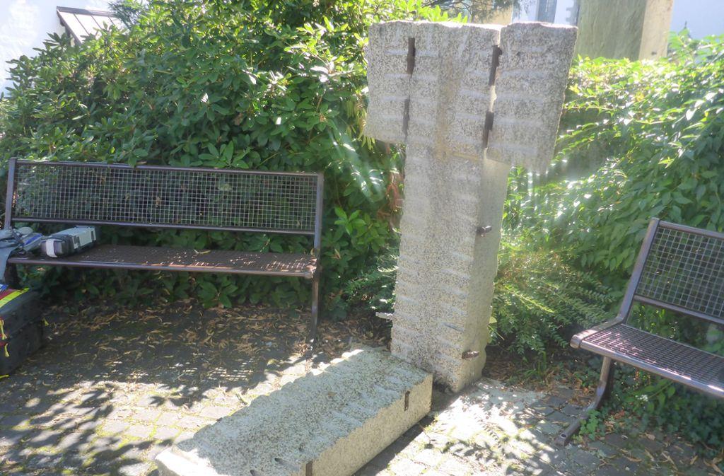 Die Steinbibel brach dem Mann den Unterschenkel. Foto: Polizeiinspektion Lindau /dpa
