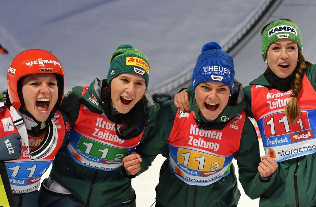 Katharina Althaus, Ramona Straub, Carina Vogt und Juliane Seyfarth freuen sich über Gold. Foto: dpa-Zentralbild