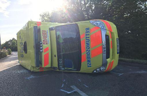 Rettungswagen schlittert  40 Meter über Straße