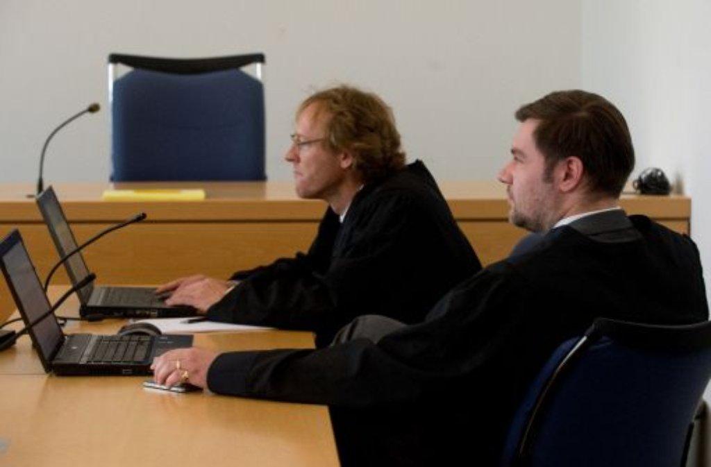 Die Rechtsanwälte der Klägerin, Oliver Leuze (links) und Alexander Steuerwald beim Prozessauftakt im Stuttgarter Landgericht. Foto: dpa