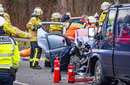 Zwei Autos krachen frontal zusammen – Gaffer stören Rettungseinsatz