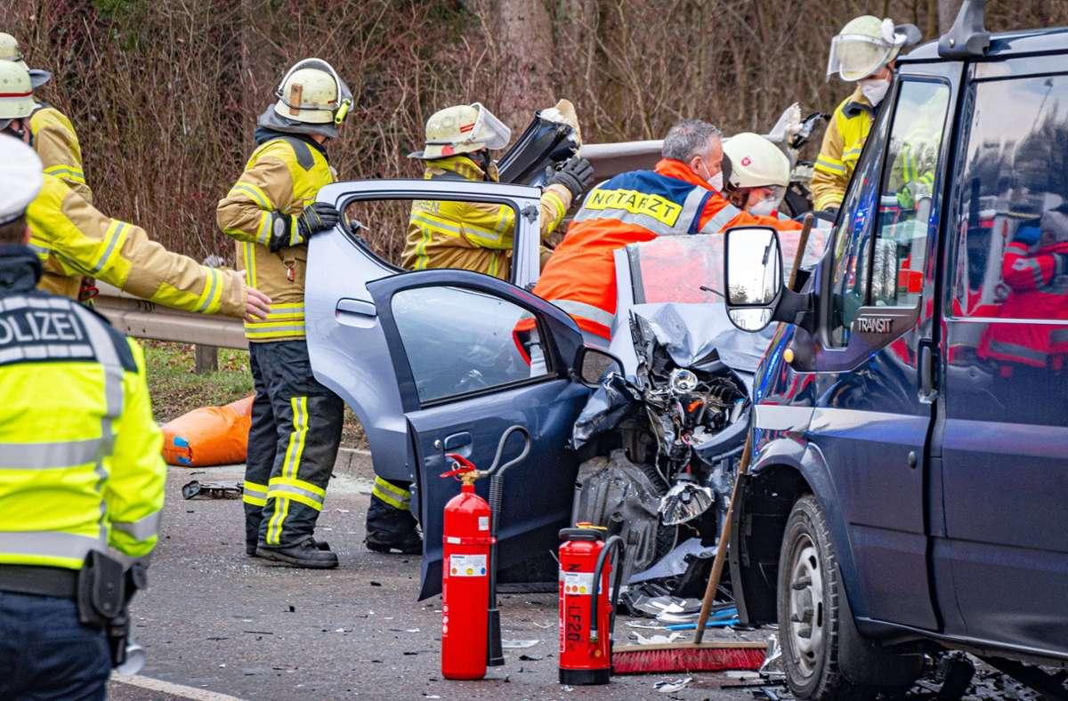 Die Feuerwehr musste die Unfallverursacherin mit schwerem Gerät aus dem Fahrzeug befreien. Foto: 7aktuell.de/Moritz Bassermann