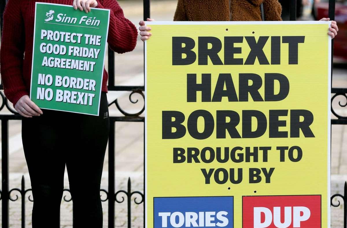 Studenten protestieren vor der Universität in Belfast gegen den Brexit. Sie fürchten um den Frieden auf der gesamten Insel. Foto: AFP/PAUL FAITH