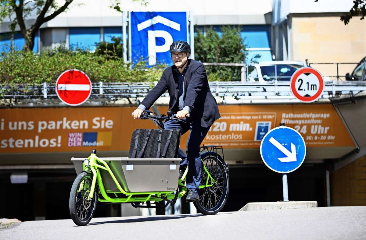 Der Winnender Erster Bürgermeister Norbert Sailer testet ein Lastenfahrrad Foto: Horst Rudel