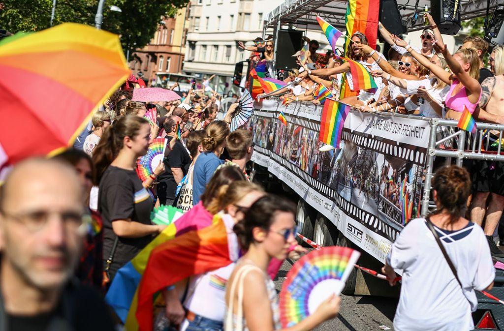 Insgesamt war die Polit-Parade beim CSD bunt und friedlich – gewaltsame Übergriffe gegen homosexuelle Teilnehmer führen jetzt dazu, dass am Freitag eine weitere Demo geplant ist. Foto: picture alliance/dpa