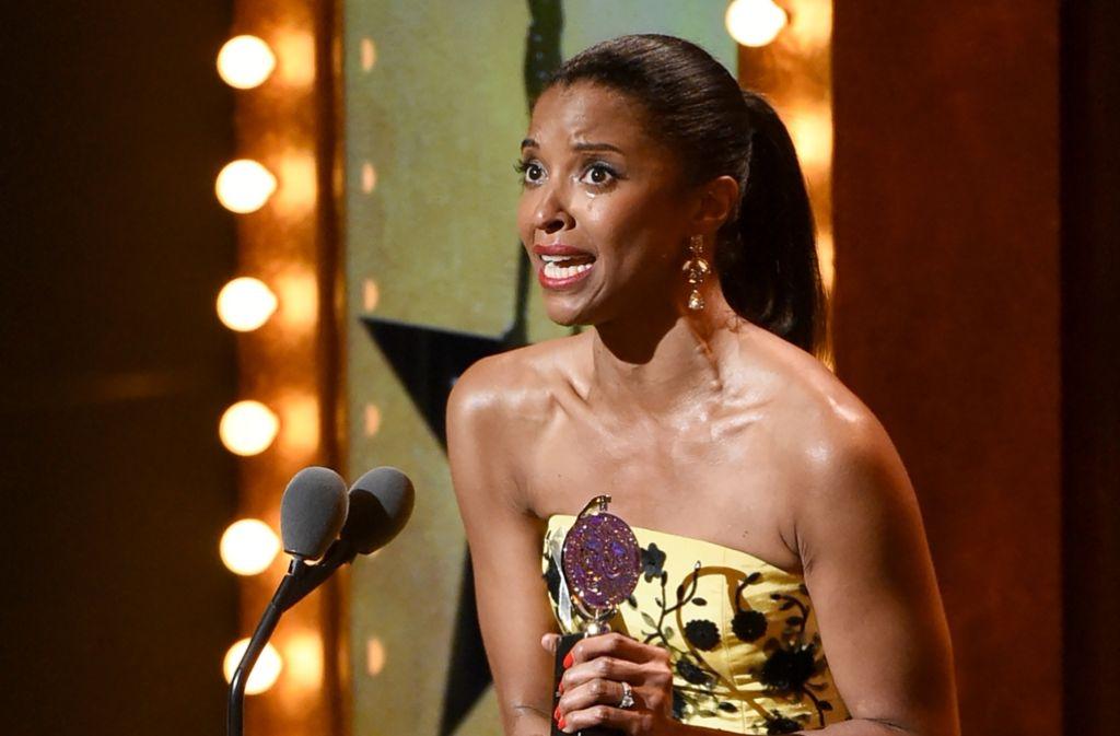 """Renee Elise Goldsberry mit ihrem Tony-Award für ihre Rolle in dem Musical """"Hamilton"""" Foto: AP"""