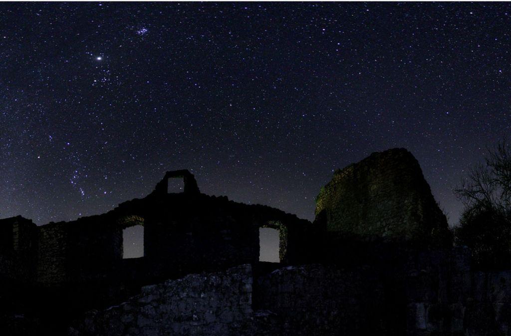 Die Aufnahme von Till Credner zeigt den Wintersternenhimmel über der Burgruine Bichishausen auf der Schwäbischen Alb. Foto: Till Credner, AlltheSky.com