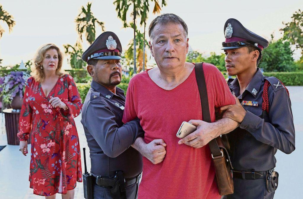 Und dann auch noch verhaftet: Sarah Marquardt (Alexa Mariua Surholt)  und Dr. Heilmann (Thomas Rühmann) in Thailand Foto: MDR