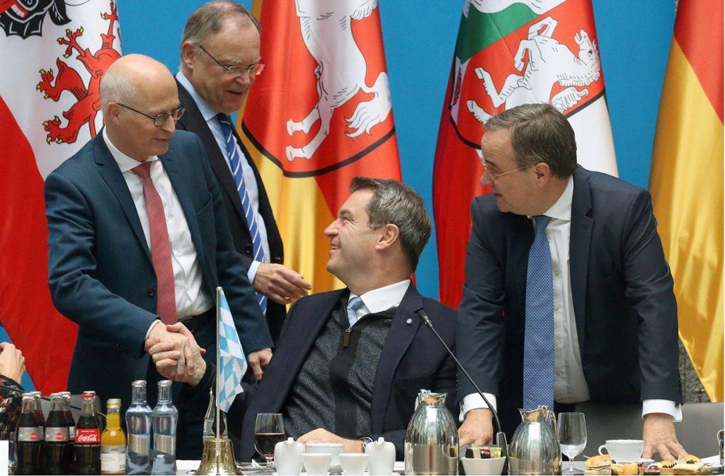 Peter Tschentscher (SPD), Hamburgs Erster Bürgermeister, Stephan Weil (SPD), Ministerpräsident in Niedersachsen, Markus Söder (CSU). Ministerpräsident in Bayern, und Armin Laschet (CDU), Ministerpräsident in Nordrhein-Westfalen (v. li.), unterhalten sich zu Beginn der Ministerpräsidentenkonferenz. Foto: dpa/Wolfgang Kumm