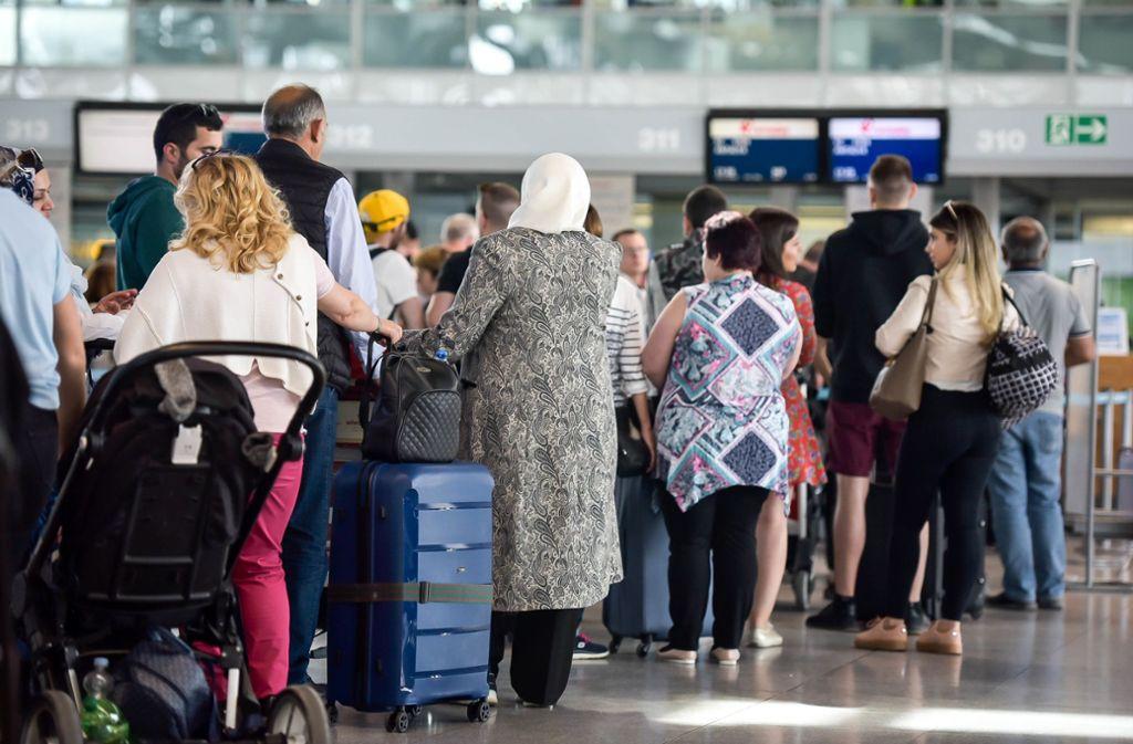 Eine Warteschlange am Stuttgarter Flughafen. Foto: Lichtgut/Max Kovalenko