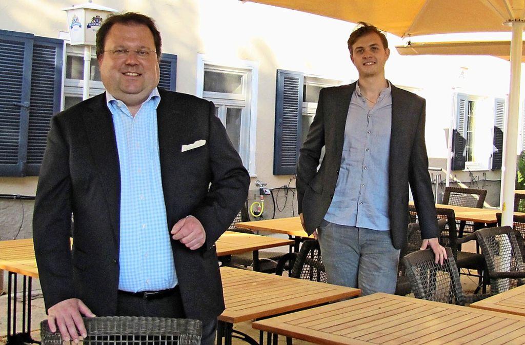 Der Restaurantleiter des Waldenbucher Sternerestaurants Krone, Matthias Gugeler (links), und Küchenchef Erik Metzger bereiten sich auf die Eröffnung der Außengastronomie am 18. Mai auf der Terrasse am Aichufer vor. Foto: Claudia Barner