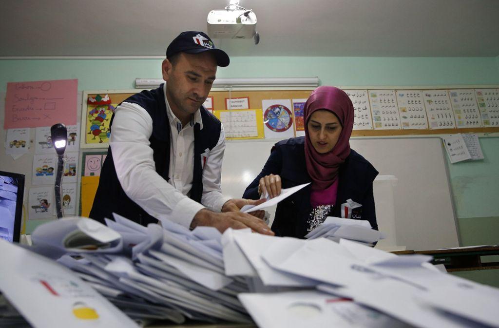 Wahlhelfer im Libanon zählen die Wahlzettel aus. Foto: AP