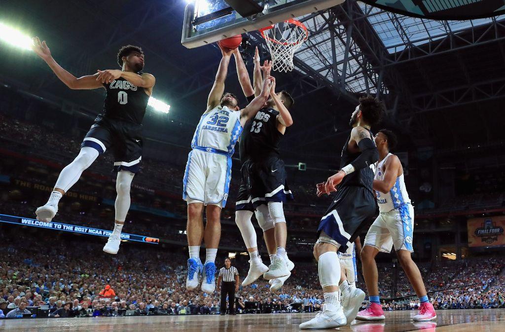Die beiden Mannschaften hingen während des Spiels lange in der Luft, ein klarer Favorit zeichnete sich über weite Strecken nicht ab. Erst kurz vor Schluss entschieden die Tar Heels die Basketball-College-Meisterschaft für sich. Nicht umsonst heißt das Turnier auch March Madness, also März-Wahnsinn. Foto: GETTY IMAGES