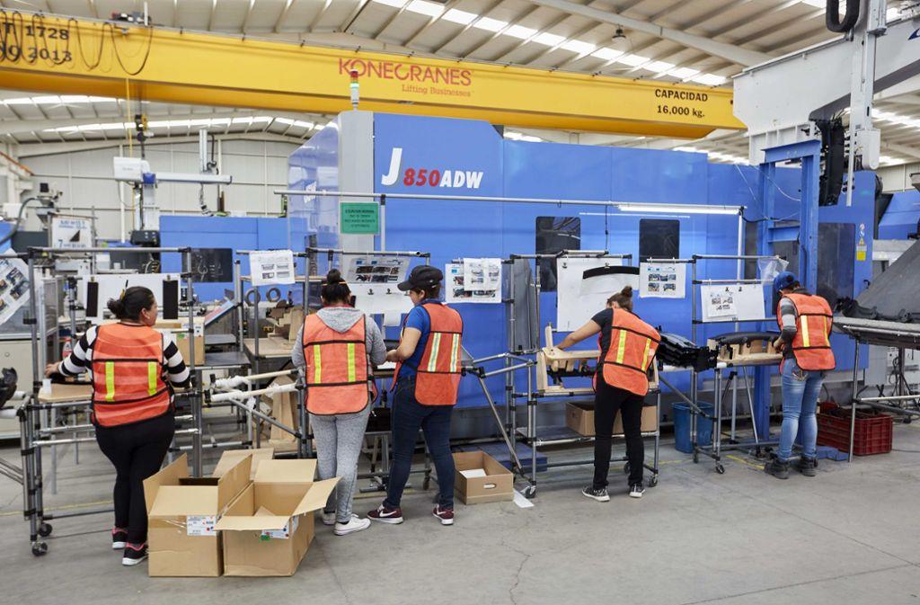 Der Automatisierungsgrad beim Zulieferer   PYA Automotive ist bisher  recht gering, entsprechend hoch die Zahl der  Beschäftigten. Foto: Baumgarten/Hannover  Messe
