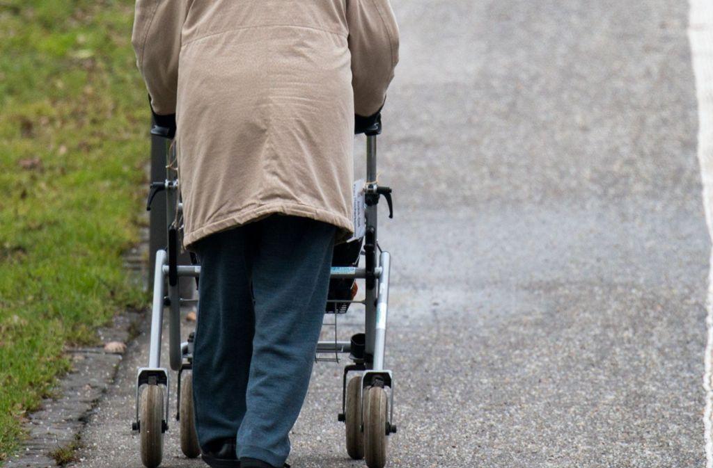 Ein 56-Jähriger, der mit seinem Rollator die Straße überqueren wollte, ist in Filderstadt von einem Autofahrer erfasst worden. (Symbolbild) Foto: dpa