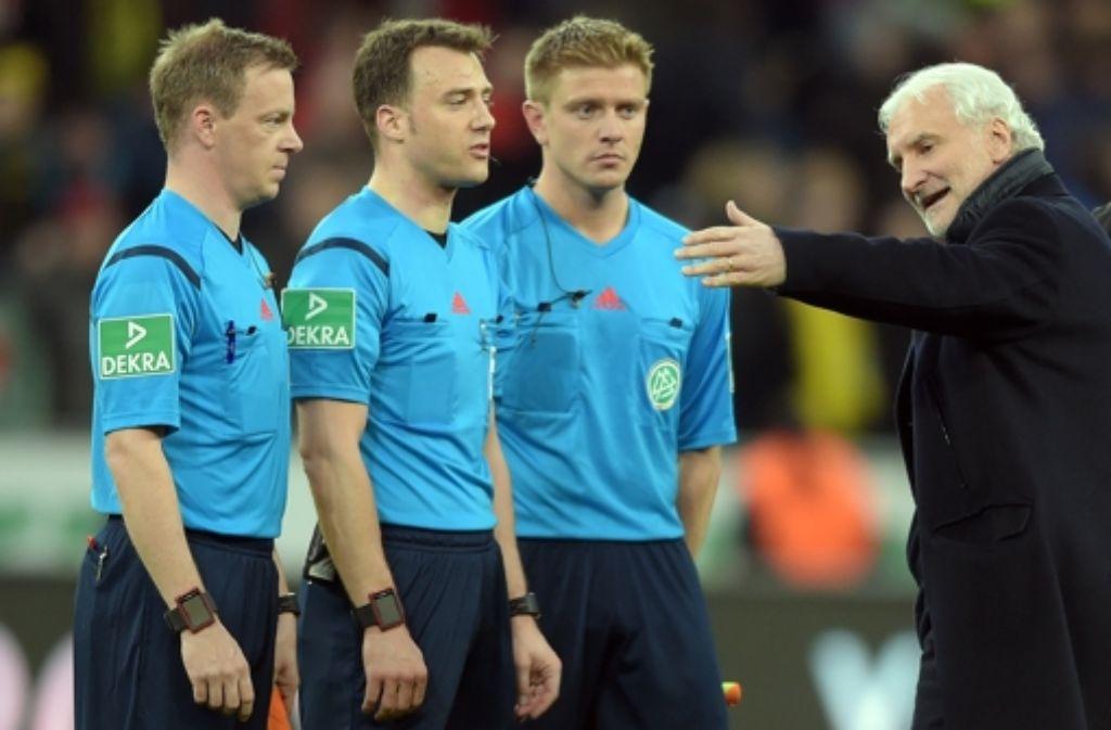 Bayer-Sportchef Rudi Völler diskutiert mit Schiedsrichter Felix Zwayer nach der Partie gegen Dortmund. Foto: dpa