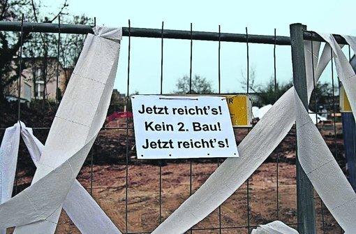 In Feuerbach äußern Anwohner am Bauzaun ihren Unmut über das neue Flüchtlingsheim. Foto: privat