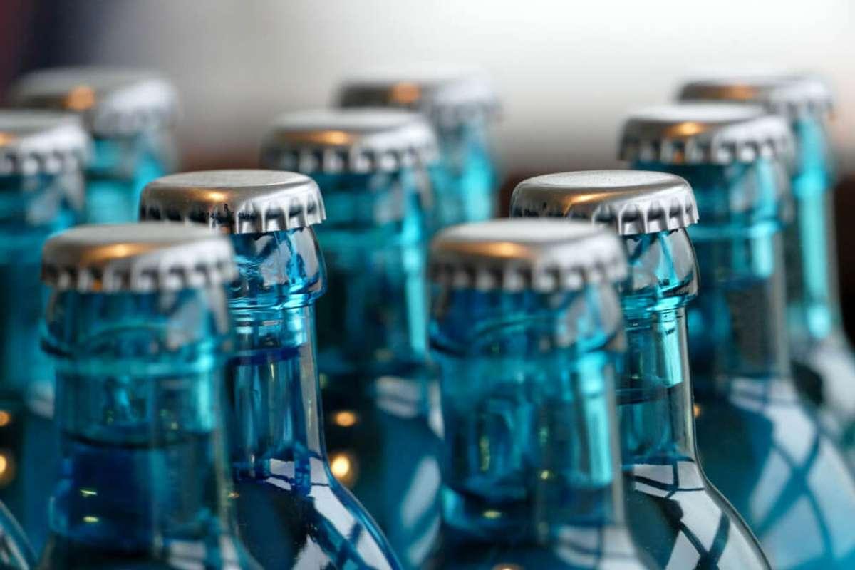 Wohin mit den blauen Flaschen? Foto: Golden Brown / shutterstock.com