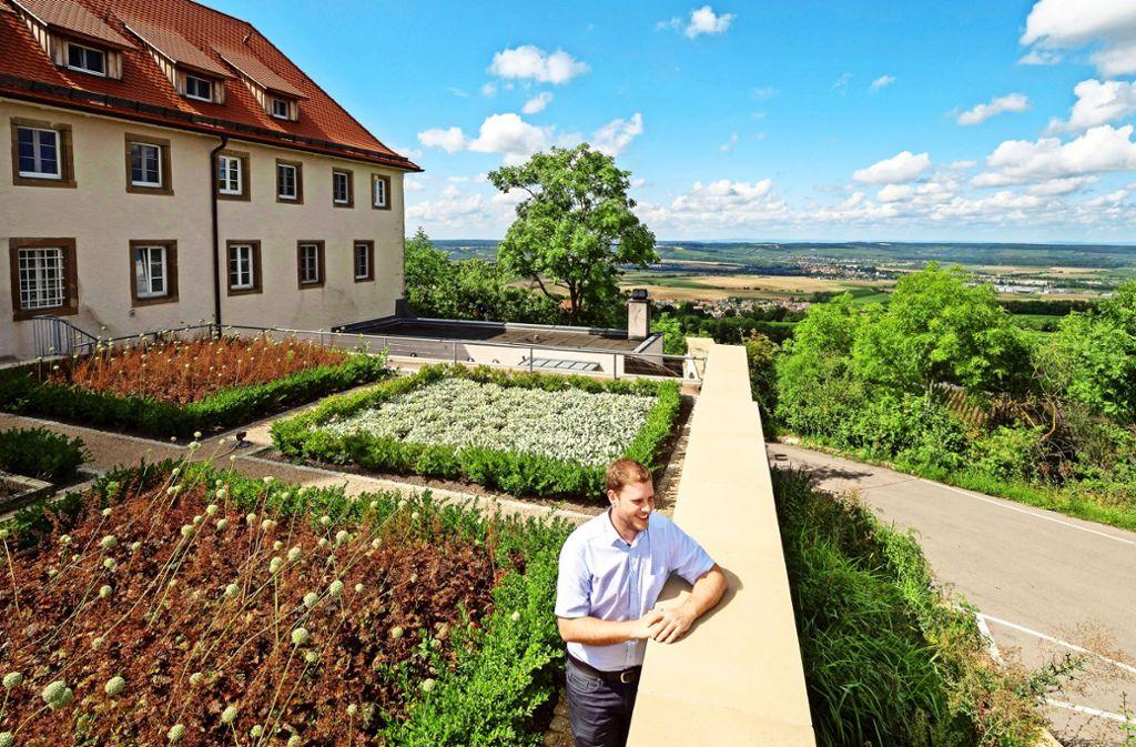 Der Leiter des Jugendhauses in Michaelsberg, Tobias Albrecht, genießt die Aussicht an seinem Arbeitsplatz. Foto: factum/Andreas Weise