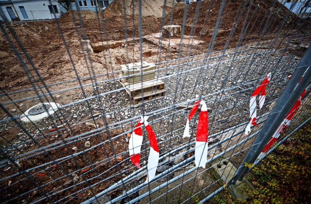 Die Denkmalpfleger haben ihre Arbeit getan. Nun klafft in Beutelsbach dort, wo die Bücherei entstehen soll, eine große Lücke. Wann der Bau beginnt, ist fraglich. Foto: Stoppel