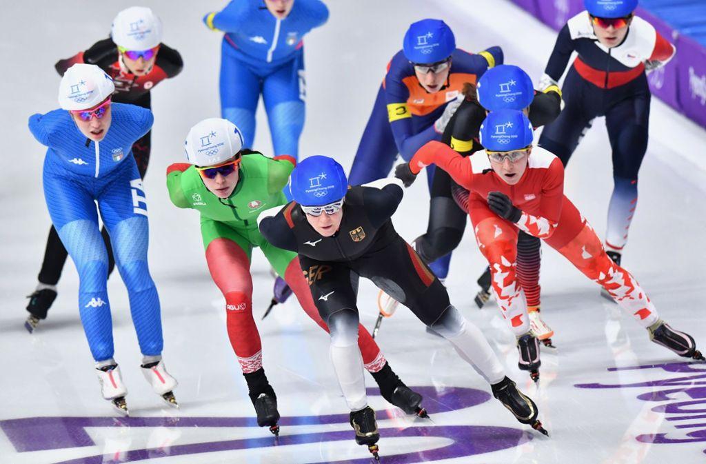 Hier liegt Claudia Pechstein (vorne rechts) gut im Rennen, doch sie fällt zurück. Foto: dpa