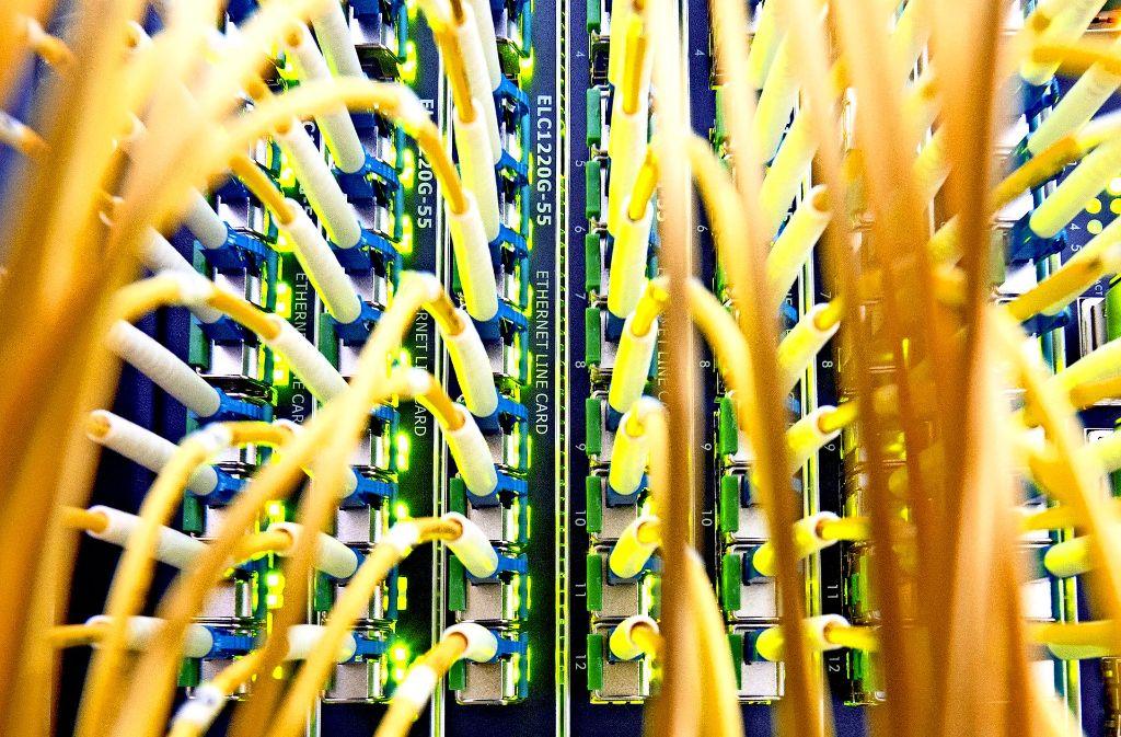Internet mit quasi unbegrenzter Bandbreite: während die Telekom teilweise noch Kupferkabel einsetzt, bauen die Stadtwerke auf ein durchgehendes Glasfasernetz. Foto: dpa