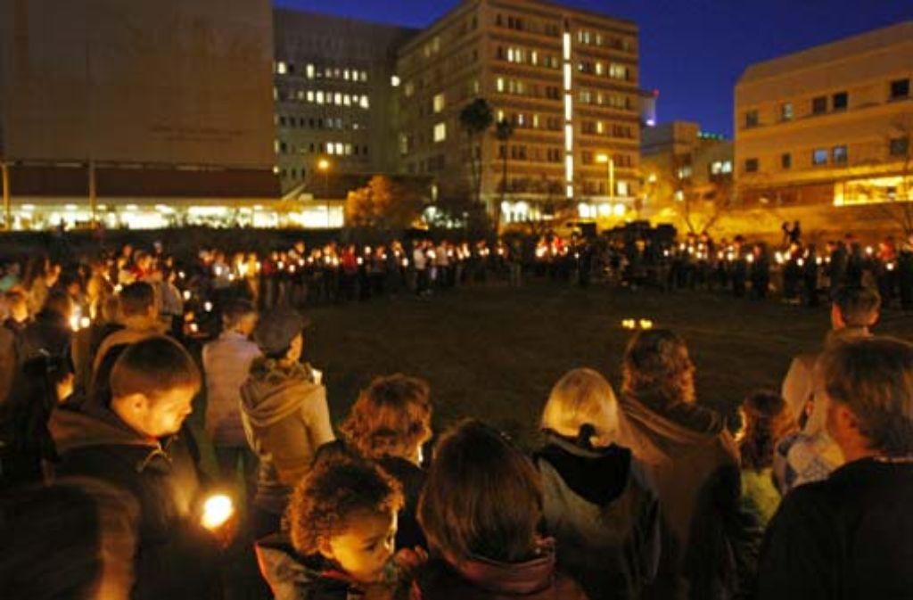 Menschen haben sich vor der Klinik versammelt, in der die Abgeordnete Gabrielle Giffords behandelt wird. Foto: AP