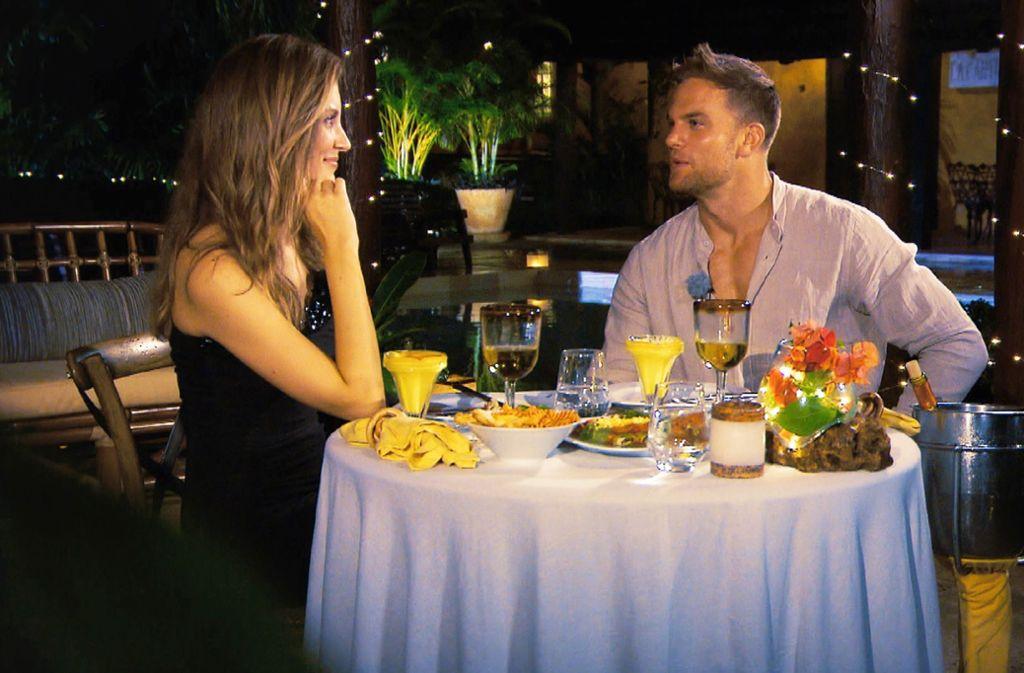 Beim Dinner mit Wioleta fühlte sich Sebastian nicht gut, er klagte über Bauchschmerzen und Übelkeit. Foto: RTL/TVNOW