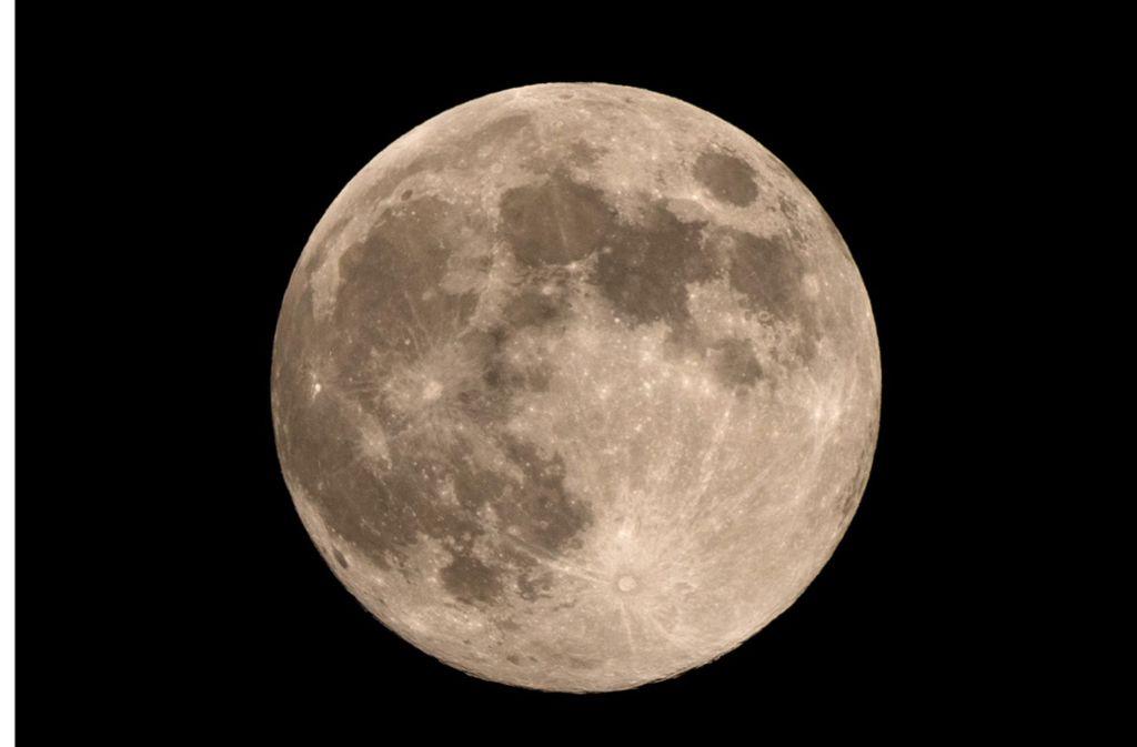 Den kompletten Mond bekommt man im Februar gar nicht zu Gesicht. Foto: dpa