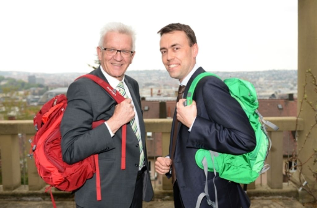 Vereint  in den Wahlkampf: Winfried Kretschmann (links) und Nils Schmid schultern die Rücksäcke. Foto: