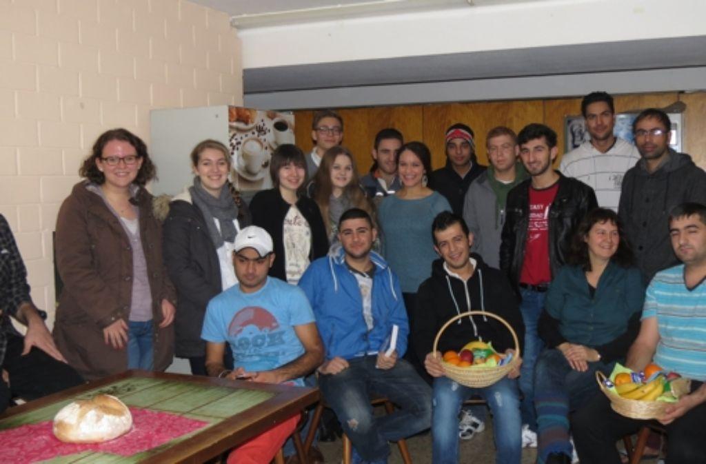 Die Schüler und ihre Lehrerin brachten den Flüchtlingen Geschenkkörbe. Foto: Häusser