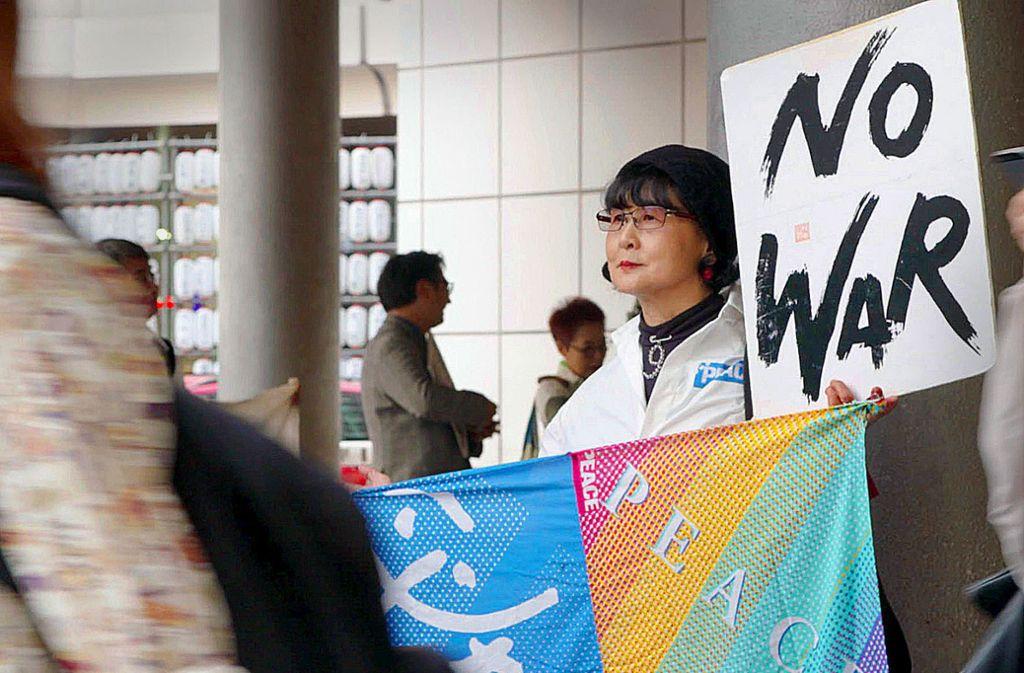 Die Künstlerin Ohki Seikoaus Japan hält an einem Ideal von 68 fest: am öffentlichen Einspruch gegen Politik. Foto: Artline Films/Gebrueder Beetz