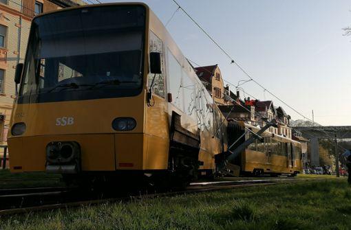 Stadtbahn entgleist beim Rückwärtsfahren und reißt Strommast um
