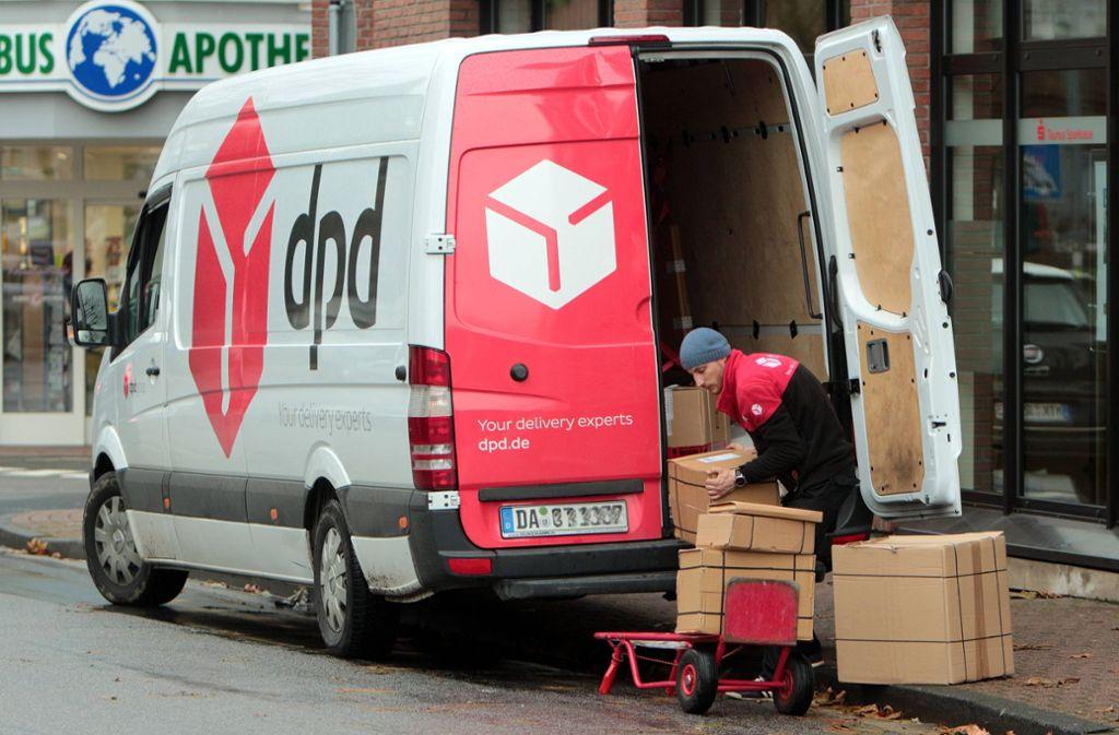 Paketdienste schmälern den ohnehin knappen Parkraum zusätzlich. Foto: imago images/Ralph Peters
