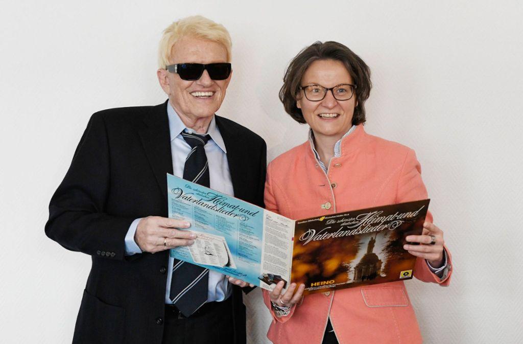 Heimatministerin Ina Scharrenbach (CDU) und der Heimatbotschafter Heino mit der kritisierten Schallplatte Foto: dpa